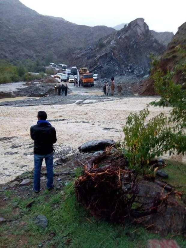 بالصور من تيشكا.. سيول تعرقل حركة السير