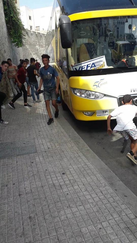 باغيين يحركوا.. قاصرون يحاولون التسلل إلى حافلات السياح في تطوان (صور)