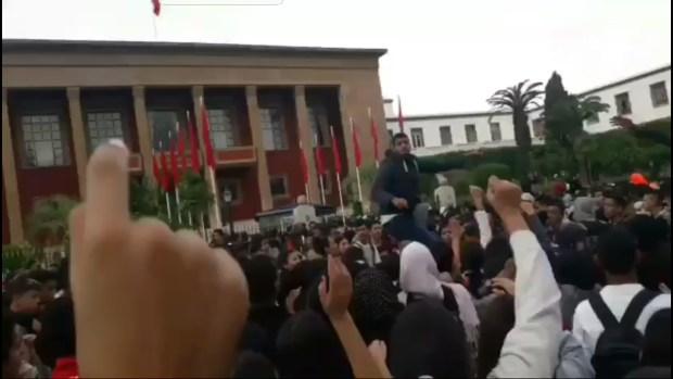 """""""ثورة"""" التلاميذ ضد الساعة الإضافية.. سب وشتم وكلام نابي!"""