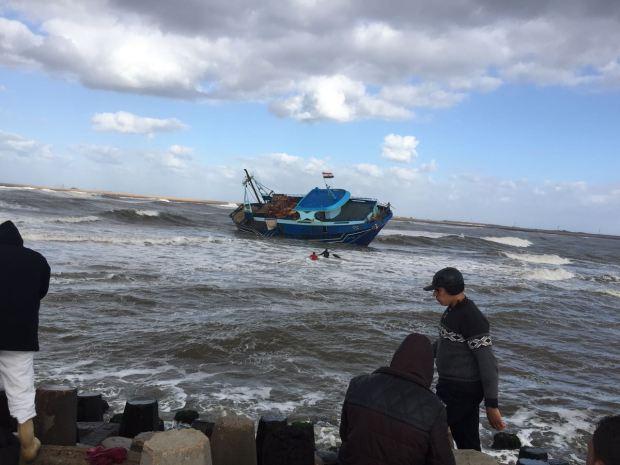 سواحل العيون.. إنقاذ 9 بحارة بعد غرق مركب للصيد