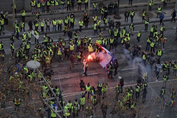 حراك السترات الصفراء.. رعب في فرنسا وقلق في بلجيكا