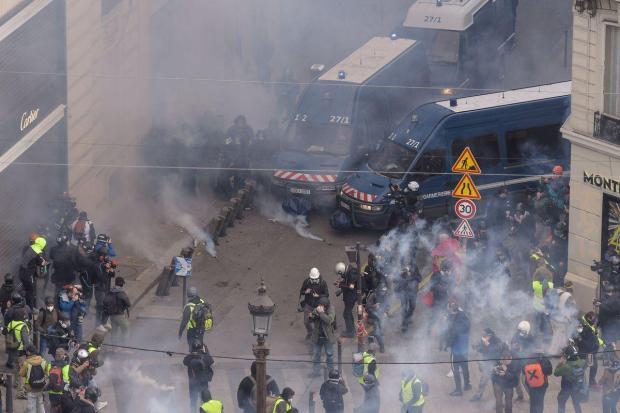 """اعتقالات في احتجاجات """"السترات الصفراء"""".. باريس تروّنات (صور وفيديوهات)"""