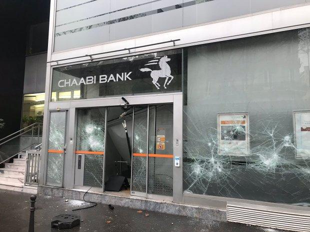 """بالصور من فرنسا.. تخريب وكالة """"البنك الشعبي"""" في احتجاجات السترات الصفراء"""