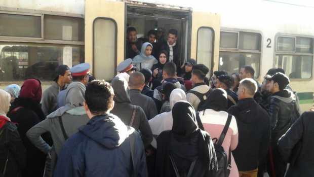 بعد تدخل السلطات.. إخلاء سكة القطار من المحتجين في محطة بوسكورة