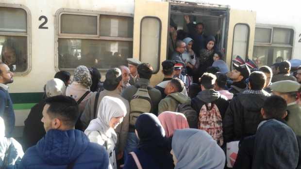 بالصور.. احتجاجات مسافرين توقف حركة القطارات في محطة بوسكورة