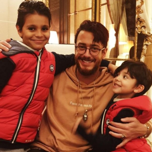 بالصور.. سعد لمجرد رفقة طفلين يهديانه رسالة حب