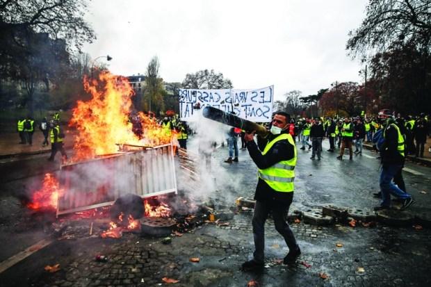 """توزيع 89 ألف شرطي وإغلاق مواقع سياحية ومحلات تجارية.. حالة طوارئ في فرنسا بسبب """"السترات الصفراء"""""""