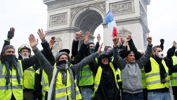 حذر كبير وإجراءات أمنية.. فرنسا تحت رحمة السترات الصفراء