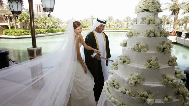 كلها وهمو.. دعاة في الكويت يحرمون دخول العريس إلى قاعة النساء!