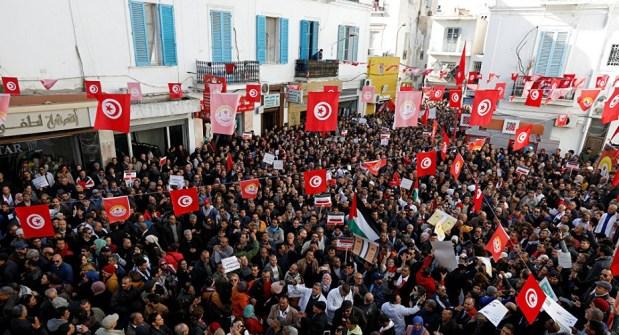 بسبب رفض الحكومة الزيادة في الأجور.. إضراب عام يشل تونس