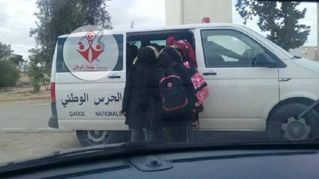 تونس.. سيارة للحرس الوطني تنقل التلاميذ إلى المدرسة