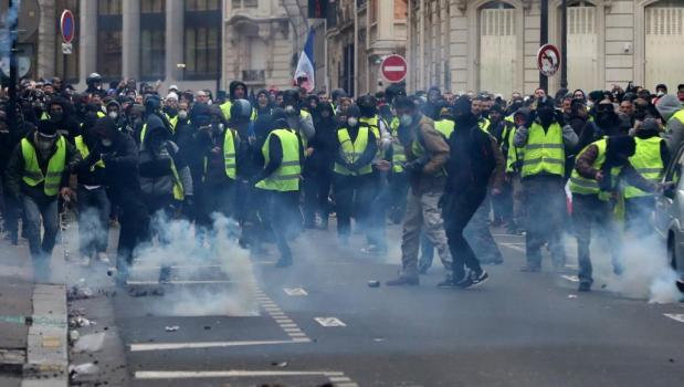 """للسبت الحادي عشر على التوالي.. """"السترات الصفراء"""" يحتجون في شوارع باريس"""