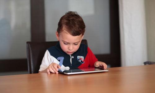 حضيو ولادكم.. الأطفال الذين يقضون 4 ساعات يومياً على الهاتف أكثر عرضة لفقدان النوم