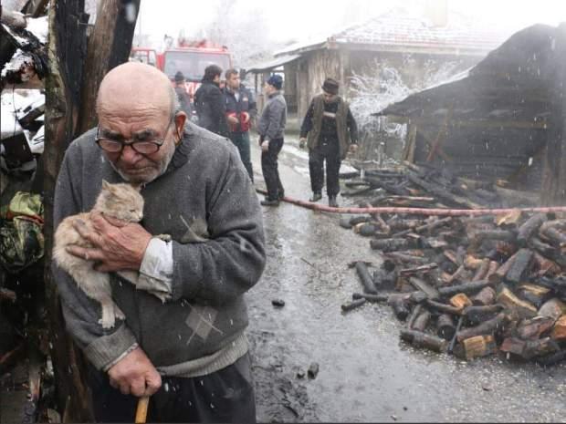 شيخ تركي احترق منزله وفقد كل ما يملك ما عدا قطته.. أفضل صورة لسنة 2018