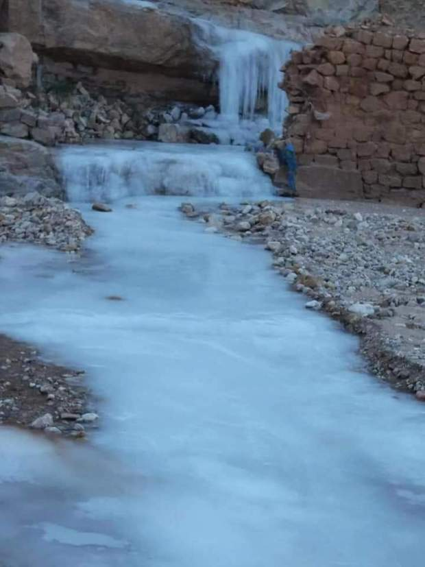بالصور.. البرد يجمد مياد واد وشلال في بولمان