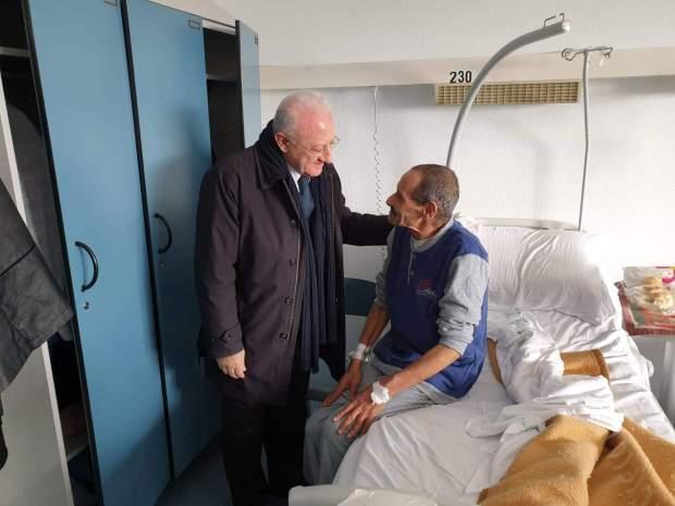إيطاليا.. رئيس جهة يزور بائعا متجولا مغربيا في المستشفى للاطمنان على صحته