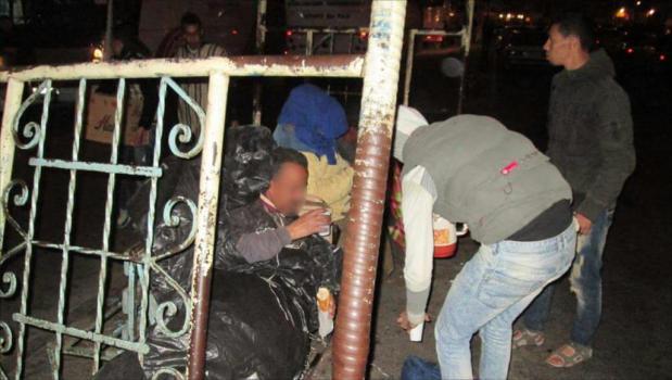 مبادرة زوينة في كازا.. سائقو طاكسيات يوزعون ملابس على المتشردين