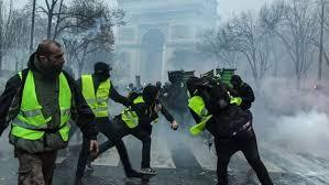 شعلات فباريس ثاني.. صدامات عنيفة بين السترات الصفراء والشرطة