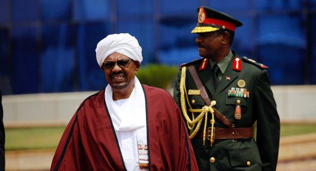 السودان.. البشير يعلن حالة الطوارىء لمدة سنة ويحل الحكومة