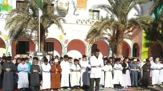 """بالصور من الجزائر.. الأساتذة يردون على الوزيرة """"مانعة"""" الصلاة!!"""
