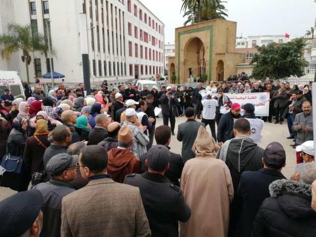 بالصور من أمام وزارة العدل.. النساخ القضائيون يحتجون