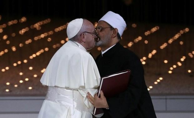 بسبب قبلة.. صورة لشيخ الأزهر والبابا فرنسيس تثير الجدل
