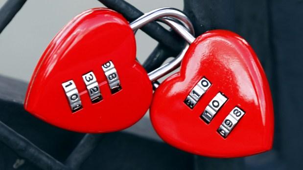 ومن الحب ما قنبل.. شاب يهدي حبيبته قنبلة في عيد الحب!