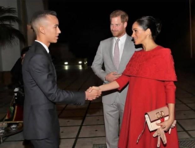 بالفيديو.. ولي العهد الأمير مولاي الحسن يستقبل الأمير هاري وزوجته بالصواب والأداب