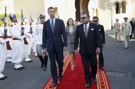 استقبلهما الملك.. الملك فيليبي السادس والملكة ليتيثيا يصلان إلى المغرب