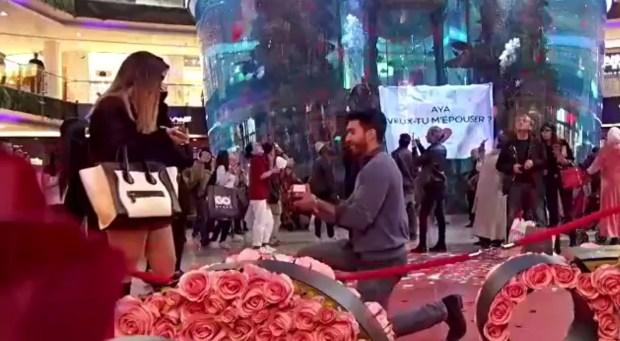 المغاربة مشاو بعيد فالرومانسية.. شاب يطلب الزواج من حبيبته وسط موروكو مول! (صور وفيديو)