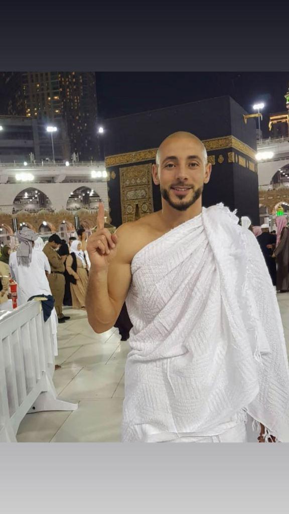 بالفيديو.. أمرابط وزوجته يحتفلان في مكة المكرمة