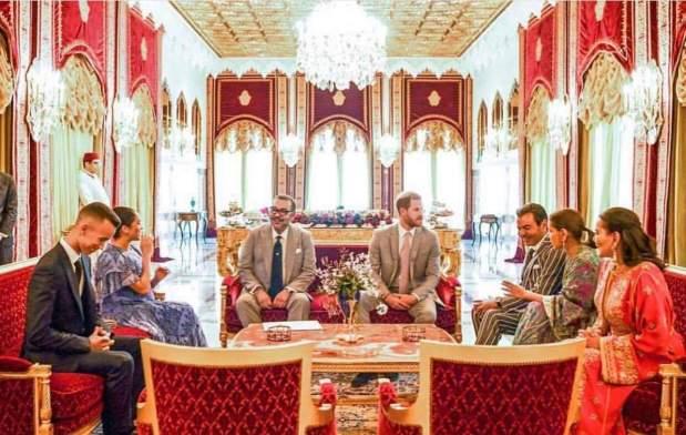 في حفل شاي.. الأمير هاري يسلم الملك رسالة من الملكة إليزابيث (صور وفيديو)