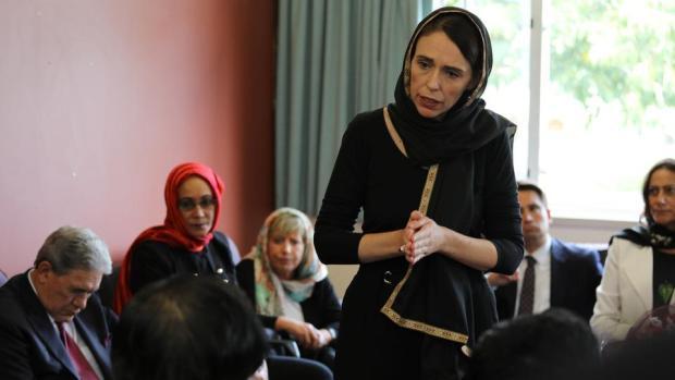 بالصور والفيديو.. رئيسة وزراء نيوزيلندا تتحجب احتراما للمسلمين ضحايا مجزرة المسجدين