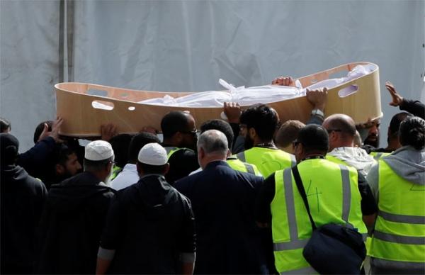 مشاهد مهيبة.. بدء تشييع جثامين شهداء مجزرة نيوزلندا (صور وفيديو)