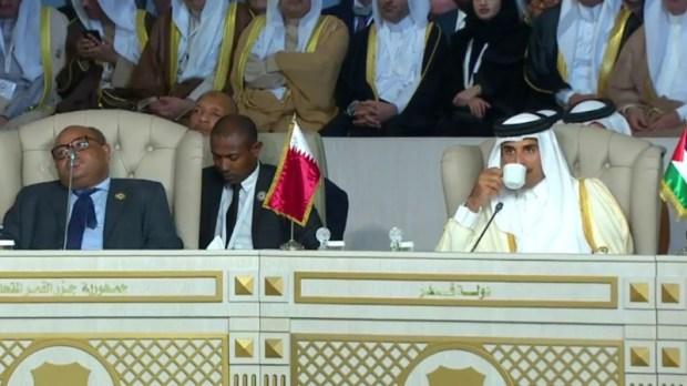 احتجاجات خارجها.. أمير قطر يغادر قمة تونس!