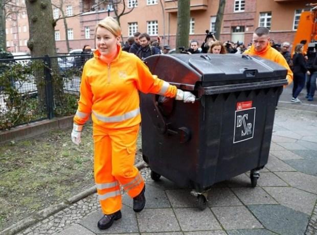 """احتفالا باليوم العالمي للمرأة.. وزيرة ألمانيا تجمع """"الأزبال"""" من البيوت!! (صور)"""