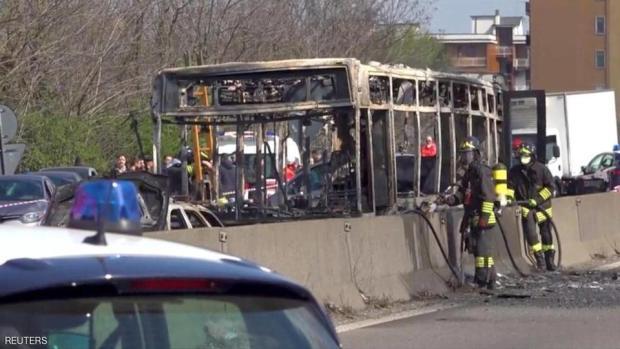 صدمة في إيطاليا.. سائق يحاول إحراق 51 طالبا (صور وفيديو)