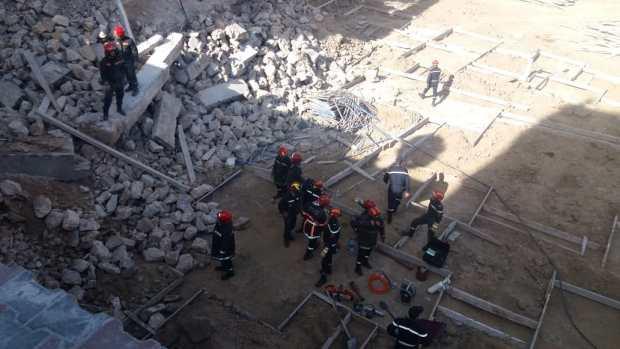 عاملان تحت الأنقاض.. انهيار سور على عمال بناء في كازا (فيديو)