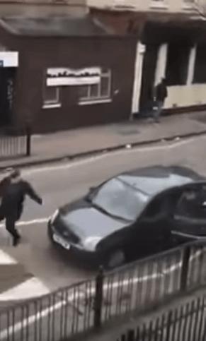 بعد مذبحة نيوزيلندا.. اعتداء بالمطارق والعصي على مسلمين في بريطانيا! (فيديو)
