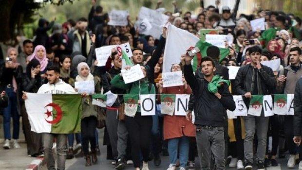 طالبوا بوتفليقة بالرحيل.. الطلبة ينضمون إلى الاحتجاجات في الجزائر