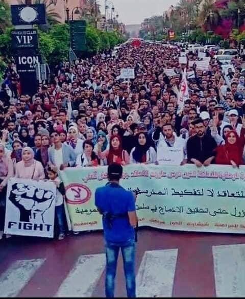 بمسيرة حاشدة في مراكش.. الأساتذة المتعاقدون يتحدون أمزازي (صور)