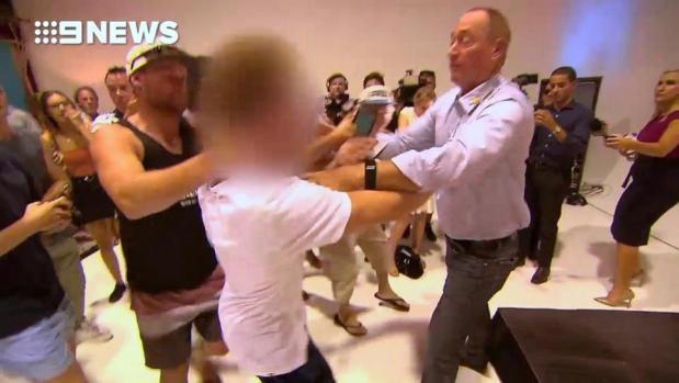 """بسبب قوله إن """"الإسلام أصل العنف"""".. مراهق يكسر بيضة على رأس سيناتور أسترالي (فيديو)"""