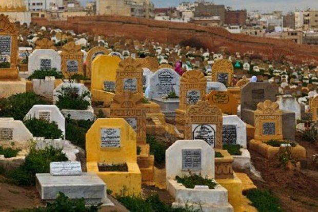 بعد أسبوع على دفنها.. سبب إخراج امرأة من قبرها في ابن حمد (فيديو)