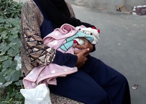 تعيش حالة تشرد.. شابة تنجب مولودها داخل مرحاض في كورنيش أكادير