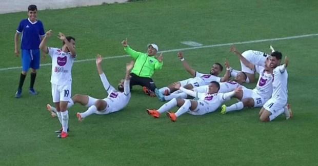 اللي قرساتو وجدة يخاف من تطوان.. لاعبو برشيد يلتقطون سيلفي بدون هاتف! (صور وفيديو)