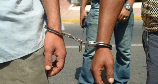 أقنعة ومفاتيح مزورة وأسلحة بيضاء.. توقيف ثلاثة أشخاص بسبب السرقة من داخل عيادات ومحلات معدة للاستغلال المهني