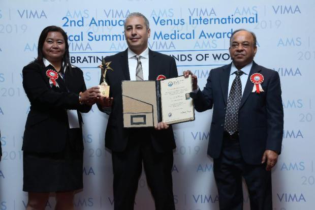 """بالصور من الهند.. تتويج دكتور مغربي بجائزة """"الطبيب المتميز لعام 2019"""""""