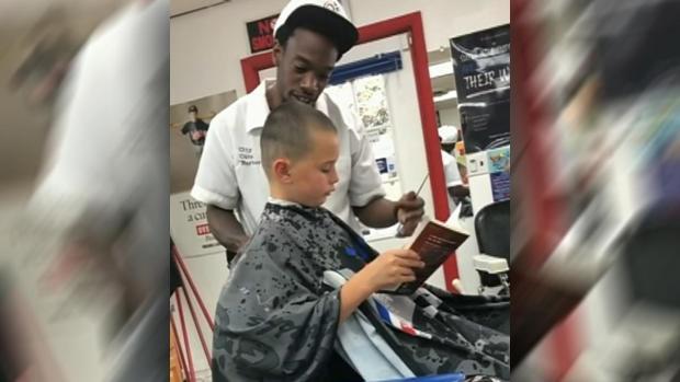 بالصور والفيديو.. حلاق أمريكي يقدم المال لأطفال مقابل القراءة أثناء قص شعرهم
