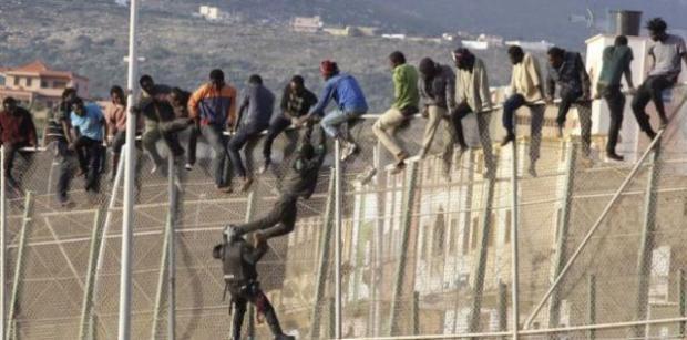 الناظور.. مهاجرين من إفريقيا جنوب الصحراء يقدمون على اقتحام السياج الفاصل عن مدينة مليلية المحتلة