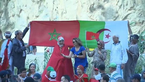 خاوة خاوة.. مغاربة وجزائريون ينظمون وقفة احتجاجية لفتح الحدود (فيديو)